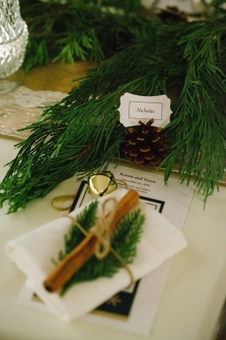 Pine cones and cinnamon sticks brought charm to this intimate affair